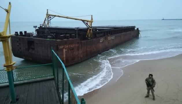 Баржу з контрабандними цигарками зняли з мілини і тягнуть до Чорноморська