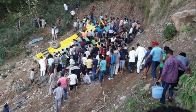 В Індії автобус впав у канал, серед 25 загиблих — багато дітей