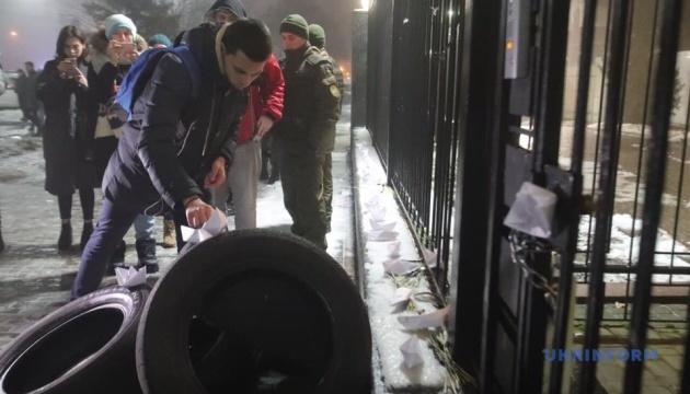 Під посольство Росії у Києві несуть шини