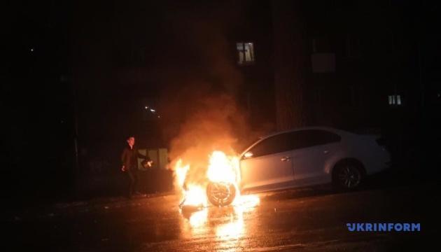 Возле посольства РФ горит авто с дипломатическими номерами