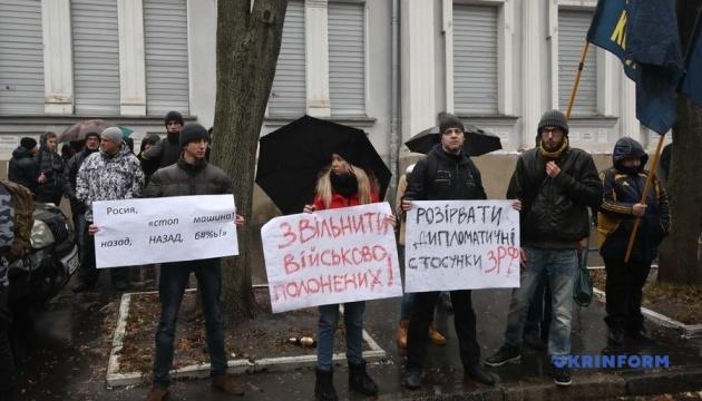 У Харкові закидали яйцями генконсульство Росії