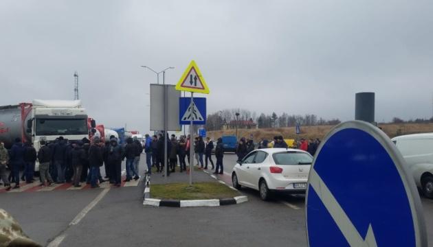 """""""Евробляхеры"""" до сих пор блокируют движение к 7 пунктам пропуска на границе"""