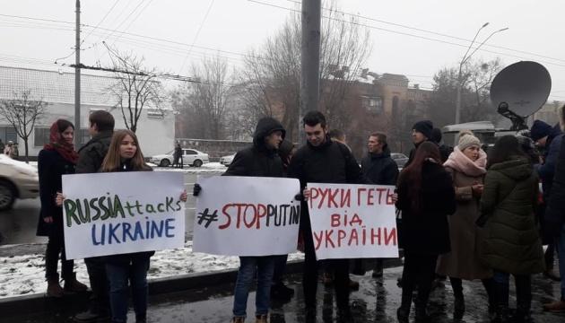 Студенты митингуют под посольством РФ