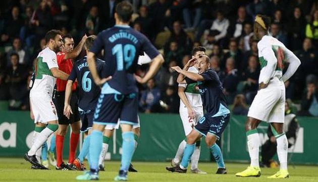 Футбол: Роман Зозуля отримав пряму червону картку в матчі проти