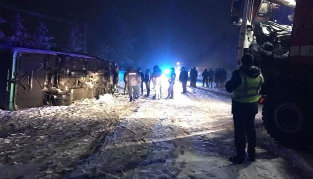 На дорозі Чернівці-Косів перекинувся пасажирський автобус - очевидці