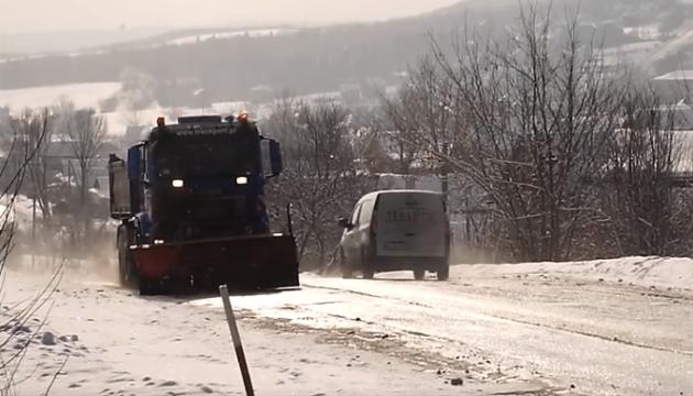 На Прикарпатті через сильні снігопади оголосили штормове попередження