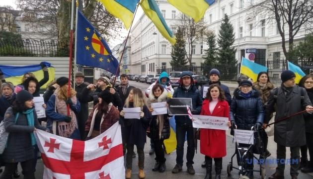 Посольство РФ в Австрії пікетували через напад на українські кораблі