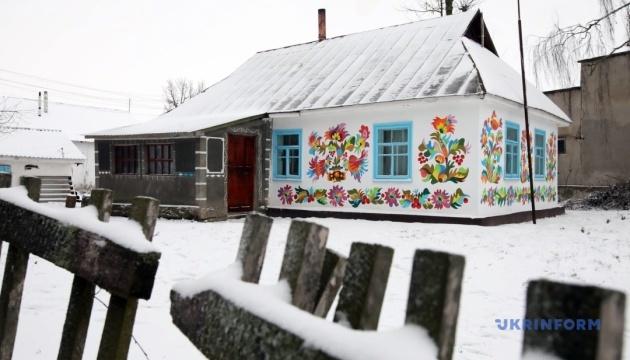 Село на Хмельниччині перетворюють на музей традиційного розпису просто неба