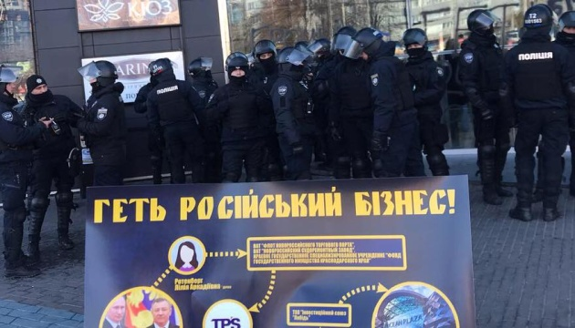 警察、ショッピングモール「オーシャン・プラザ」での抗議参加者1名を連行