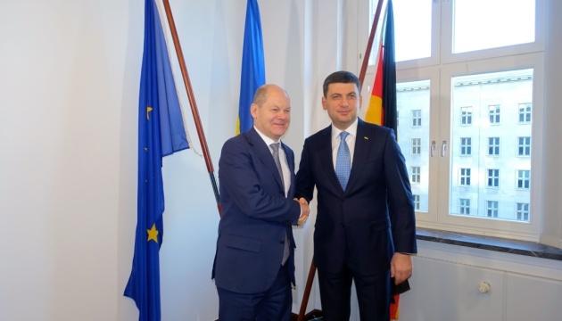 Гройсман в Берлине проводит переговоры с Шольцем