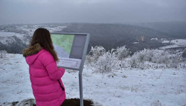 На Тернопільщині показали таємниче місто з палацом і водоспадом