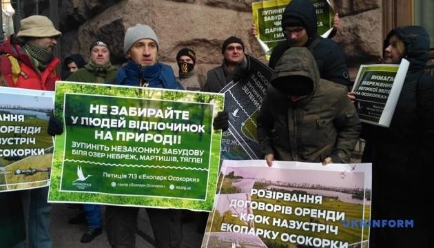 Під КМДА мітингують проти забудови озер на Оболоні та Осокорках