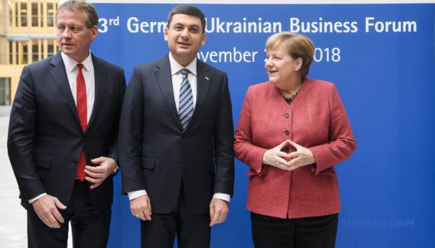 Меркель призывает Украину не сворачивать с курса реформ