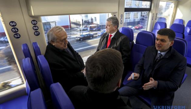 Порошенко і Гройсман стали першими пасажирами експреса до