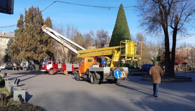 У Запоріжжі встановлюють 23-метрову новорічну ялинку