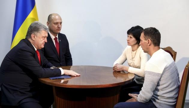 Російський полон: на Хмельниччині Порошенко зустрівся з родиною моряка