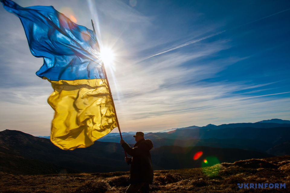 A man is holding a Ukrainian flag on the Chornohora Range in the Carpathians / Photo: Serhiy Hudak, Ukrinform