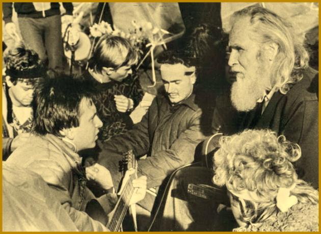 """Олесь Бердник із першим студентським майданом """"Революція на граніті"""", 1990 рік"""