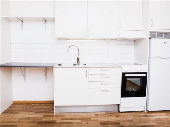 На фото: кухня для коридорного типу житла