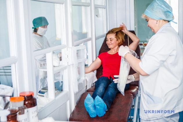 Наталія Зотова здає кров під час акції здачі крові, 03.06.2014