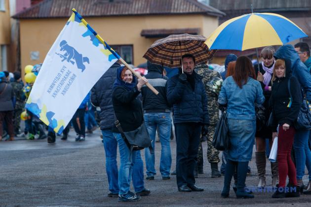 Волонтери РПЗВ під час зустрічі 128-й гірсько-піхотної бригади, яка поверталася з Дебальцевого, Мукачево, 25.02.2015