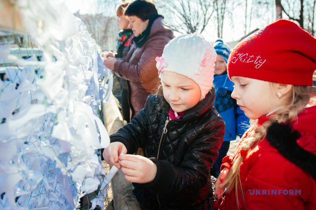 Діти в'яжуть маскувальні сітки під час фестивалю