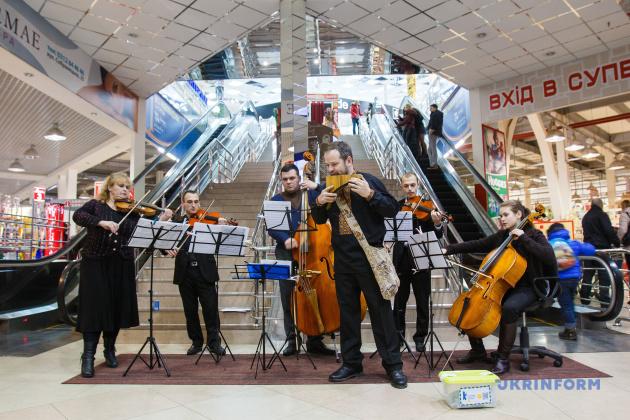 Камерний оркестр Закарпатської філармонії під керівництвом Олени Короленко грає в ужгородському супермаркеті, 30.01.2015