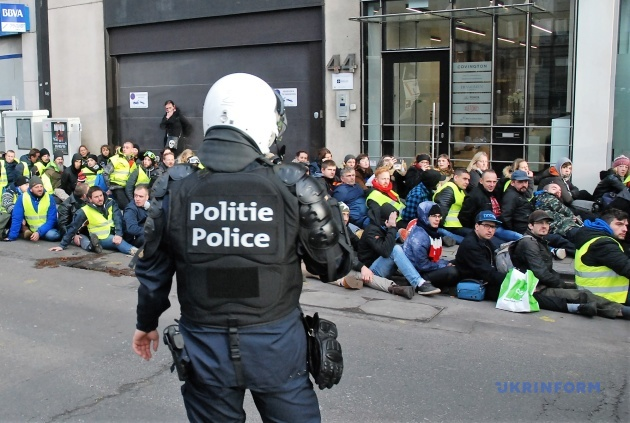 Поліцейський не позує. Така в нього робота