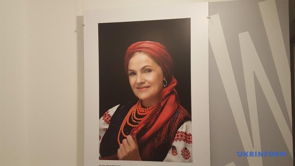 У Варшаві відкрили виставку українських національних костюмів, яку ініціювала Оксана Денисюк