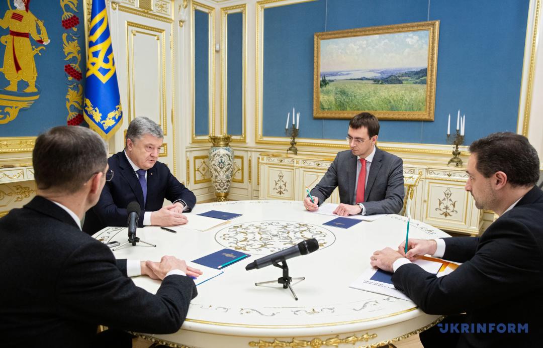 Президент України Петро Порошенко під час зустрічі з міністром інфраструктури Володимиром Омеляном та директором