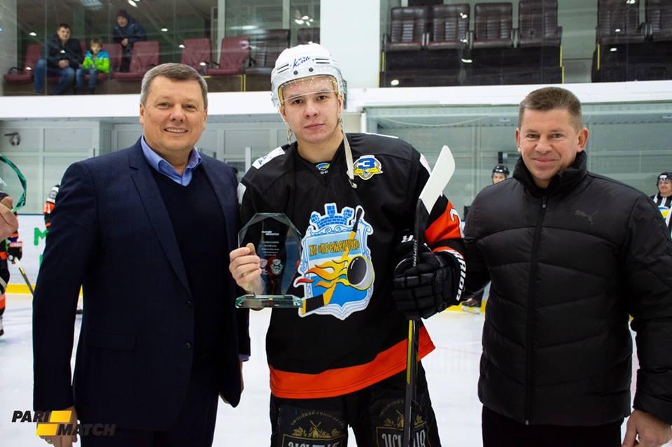 Микола Кисельов (в центрі)