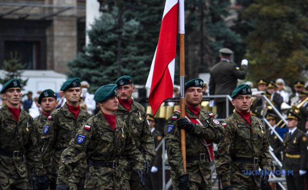 Польские военнослужащие из ЛитПолУкрбриг шагают по Крещатику во время торжественного военного парада