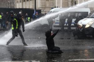 """Поліція в Парижі водометами розганяла учасників протесту """"жовтих жилетів"""""""