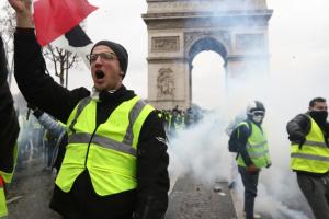 П'ять мільярдів від Макрона: Франція буде жити при «комунізмі»?