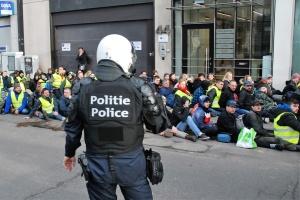 Во время протестов в Париже задержали 137 «желтых жилетов»