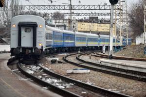 П'ять пасажирських поїздів затримуються через повалені на колії дерева