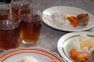 Масове отруєння в одеській школі: комісія знайшла прострочені й заморожені продукти