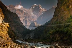 В Непале автобус с паломниками сорвался в пропасть: 14 погибших