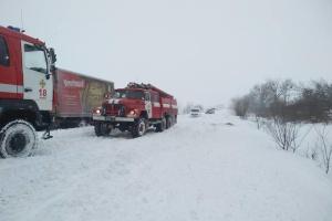 """Снег """"закрыл"""" для грузовиков шесть дорог на Житомирщине"""