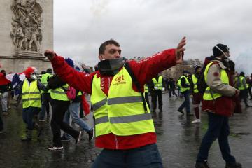 """Протест """"жовтих жилетів"""": на вулиці Парижа вивели 5 тисяч поліцейських"""