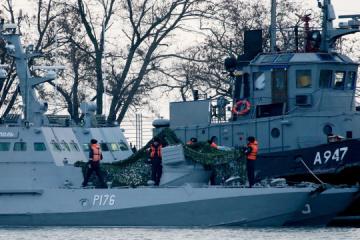Dos barcos ucranianos capturados remolcados desde el estrecho de Kerch