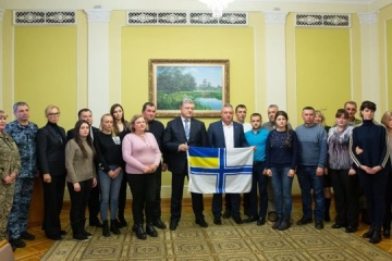 Poroshenko meets with families of captive sailors