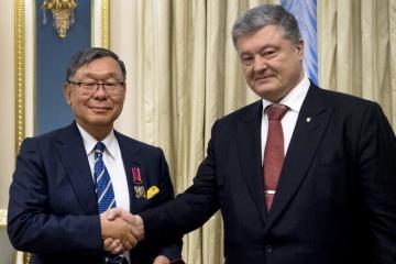 ポロシェンコ大統領、角駐ウクライナ日本国大使に勲章を授与