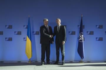 ポロシェンコ大統領、トゥスク欧州理事会議長とストルテンベルグNATO事務総長に宇軍人拘束関与者リストを手交