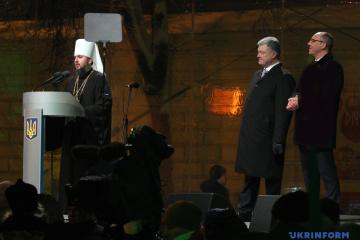 Poroschenko und Parubij nehmen an Unterzeichnung und Übergabe von Tomos teil