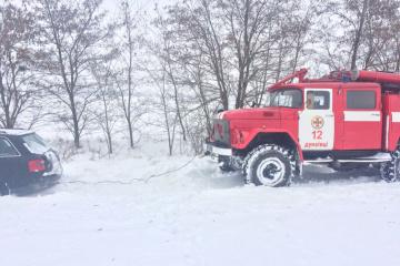 """На Хмельниччині зі снігових пасток визволили авто з дітьми і """"швидку"""""""