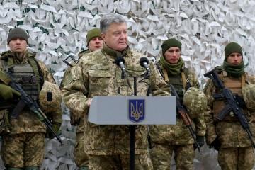 Petro Porochenko : La Russie a rassemblé à la frontière avec l'Ukraine plus de mille chars et systèmes d'artillerie