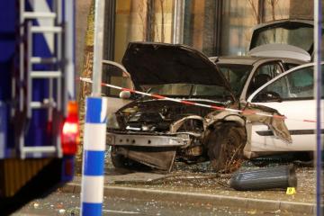 У Німеччині автомобіль влетів в автобусну зупинку, 10 постраждалих