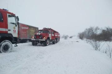 """На Полтавщині із заметів витягли півсотні вантажівок, 4 автобуси та 2 """"швидкі"""""""