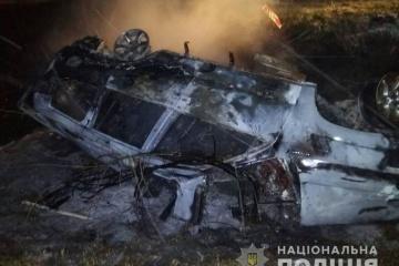 Auto brennt nach Unfall aus, zwei Menschen sterben - Fotos